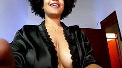 Колумбийская черная девушка с большими сиськами и большая задница перед вебкамерой