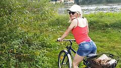 Le tour à vélo se termine par une double dose de sperme ...
