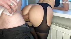 Ein Schulmädchen in ihr enges Arschloch gefickt