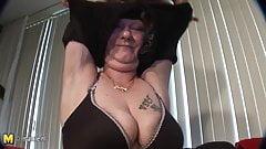 Amateur mature mama gets a face full of cum
