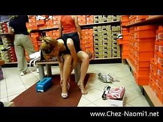 Escorts san francisc En jupe sans culotte dans un magasin