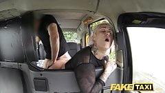 Фейковое такси, милфа-блондинка получает неожиданный анальный секс и лижет очко