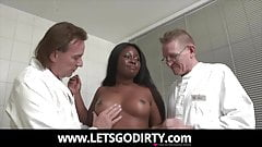 Die Patientin bekommt 2 fette Spritzen