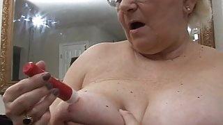 Granny in glasses with a vibrator - bigolderwomen.com