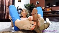 Йога-мама делает дрочку ногами