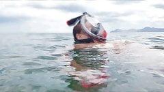 Chrissi schwimmt nackt im Mittelmeer