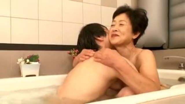 【高齢熟女】古希七十歳超のお婆ちゃんソープで癒やされ中出しセックス!