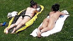 Mais desta menina asiática tomando banho de sol