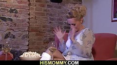 Mamuśka lesbijka uwodzi brunetkę syna