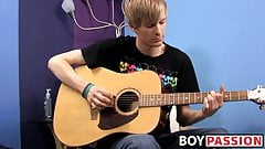 Молодой мужчина играет на гитаре перед тем, как хуй поглаживает и кончает