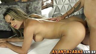 Amigas travestis Sabrina e Juliana se pegando no motel