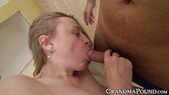 Бабушке делали массаж перед тем, как сосет хуй и трахается в киску