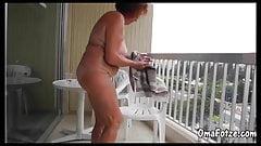 OmaFotze пухлая перед камерой в домашнем видео на улице