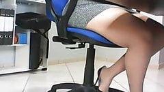 Ukryta kamera pod biurkiem w biurze, szpieguje sekretarkę amatora