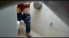 Caméra cachée installée dans des toilettes pour femmes