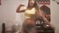 pendeja argentina bailando caliente , que les parece?