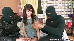 Chica apenas legal se folla a dos ladrones enmascarados
