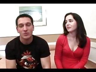 Regard with pleasure - Mari regarde sa femme avec un jeune de 18 ans