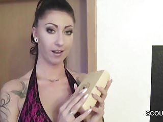 Dick litton holt london Schwester holt ihm einen runter mit vibrator am schwanz