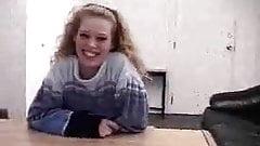Rétro, une adolescente blonde passe une audition