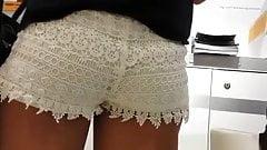Красивая задница в белых шортах