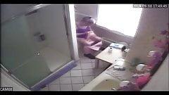 Stiefmutter erwischt beim Spionage-Masturbieren im Badezimmer