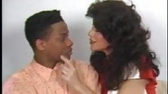 Ona Zee дает молодому черному мужчине прослушивание