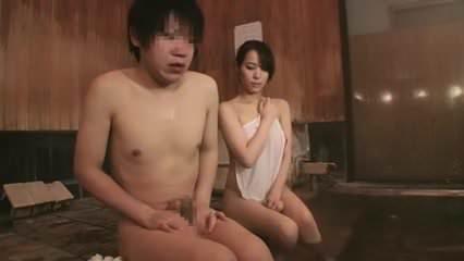 巨乳の姉の真木今日子と混浴風呂で気持ちが高まり生ハメ中出しH