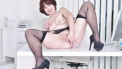 La segretaria matura alice sharp ha bisogno di scendere in ufficio