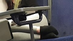 Adolescente alemana con leggins grises y calcetines negros