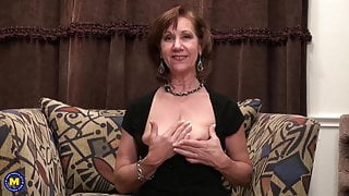 Aged mature sweet mom feeding her cunt
