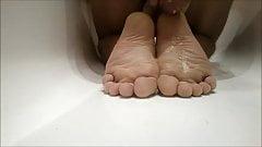 Самостоятельная дрочка ногами со спермой на подошвах (ступни, ступни), HD