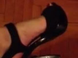 Sexy mom sexy sis Olly si toglie una scarpa sexy feet