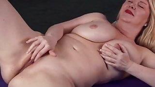 madura masturbandose 4