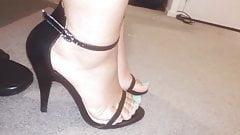 Meus pes em sandalia preta alta