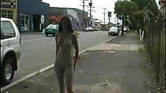 nuda esibizionista su strada