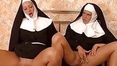 Trio con dos monjas