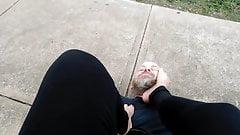 Bresha całuje stopy i uwielbia w publicznym parku