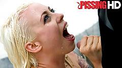 Шаловливую блондинку Lorelei Lee заливают мочой