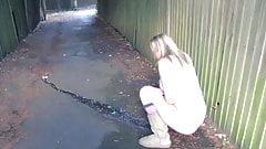 Сексуальная девушка течет в переулке