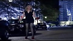 Martina Hill im sexy Outfit mit High Heels