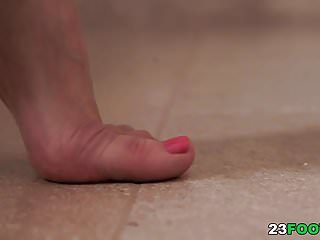 How to use usb thumb drive Nesty knows how to use her amazing feet
