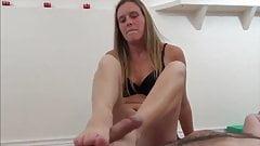 Namorada cutucando meu pau com os pés