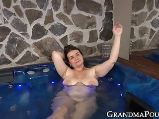 Snooki situation jacuzzi fuck - Curvy granny gets her juicy pussy fucked in the jacuzzi