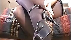 Laura loves pantyhose sex in shiny black tights !
