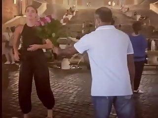 Free celebrity upskirt pick Quand une pute se fait offrir des roses dans la rue