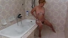 Hairy Mature in the bath R20