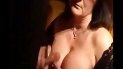 Mamma matura fa sega e sperma sulle tette