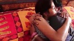 Indian Desi dziewczyna gorąco całuje romantyczny wyciek mms