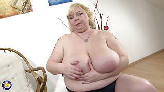 Very big mature stepmom feeding her small pussy